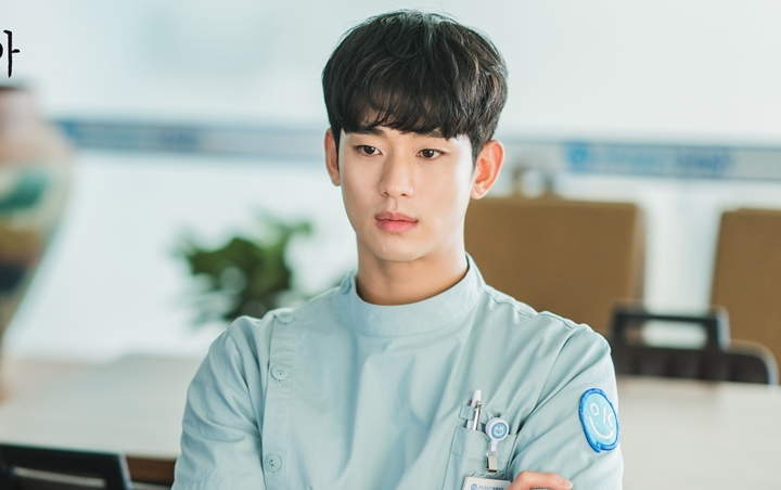 Kim Soo Hyun is showing off cheerfully at the 'It's Okay To Not Be Okay'  location, celebrating Moon Kang Tae's birthday?